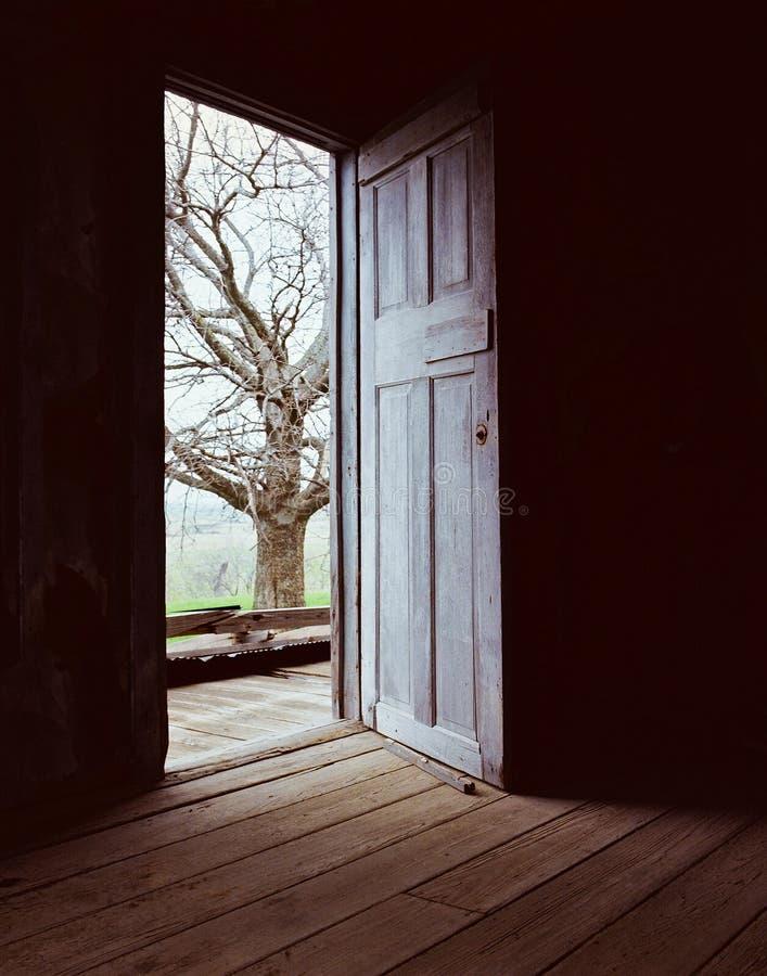 Ανοικτό πόρτα-σκοτάδι στο φως στοκ εικόνα