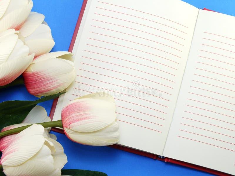 Ανοικτό σημειωματάριο και όμορφη calla τεχνητή ιώδης ανθοδέσμη λουλουδιών στοκ φωτογραφίες με δικαίωμα ελεύθερης χρήσης