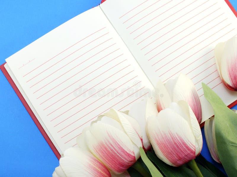 Ανοικτό σημειωματάριο και όμορφη calla τεχνητή ιώδης ανθοδέσμη λουλουδιών στοκ φωτογραφία με δικαίωμα ελεύθερης χρήσης