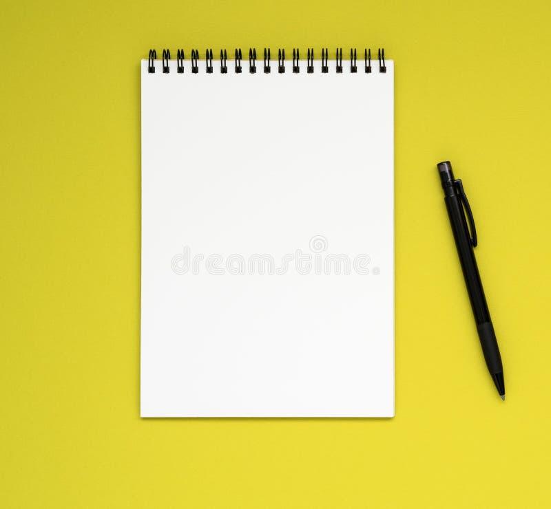 ανοικτό σημειωματάριο στη σπείρα με μια καθαρά άσπρα σελίδα και ένα μολύβι στοκ φωτογραφία με δικαίωμα ελεύθερης χρήσης