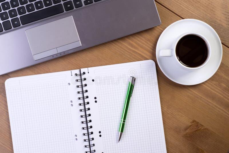 Ανοικτό σημειωματάριο στο γραφείο στοκ φωτογραφία
