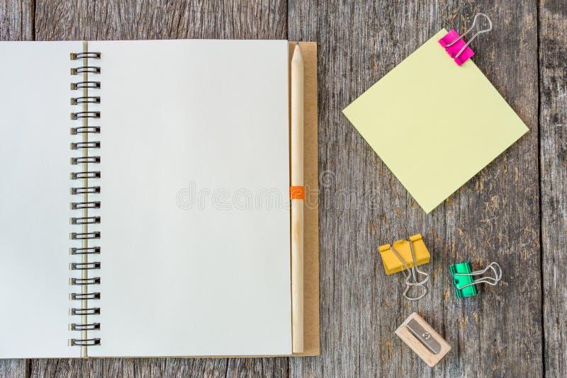 Ανοικτό σημειωματάριο στο ξύλινο υπόβαθρο με το συνδετήρα εγγράφου και το κίτρινο αριθ. στοκ φωτογραφίες με δικαίωμα ελεύθερης χρήσης