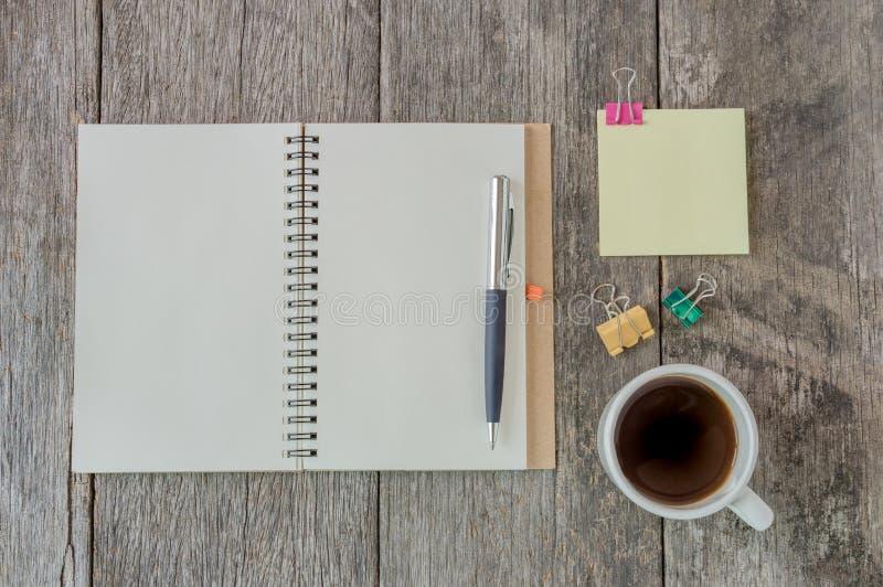 Ανοικτό σημειωματάριο στο ξύλινο υπόβαθρο με το φλυτζάνι καφέ και το κίτρινο αριθ. στοκ φωτογραφία με δικαίωμα ελεύθερης χρήσης