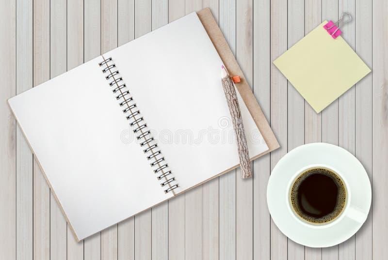 Ανοικτό σημειωματάριο στο ξύλινο υπόβαθρο με το φλυτζάνι καφέ στοκ φωτογραφίες με δικαίωμα ελεύθερης χρήσης