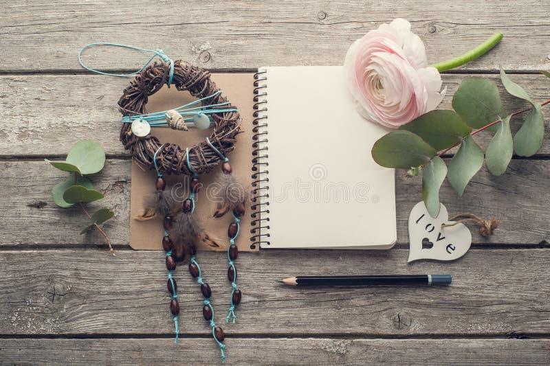 Ανοικτό σημειωματάριο, catcher ονείρου και καρδιά στοκ εικόνα με δικαίωμα ελεύθερης χρήσης