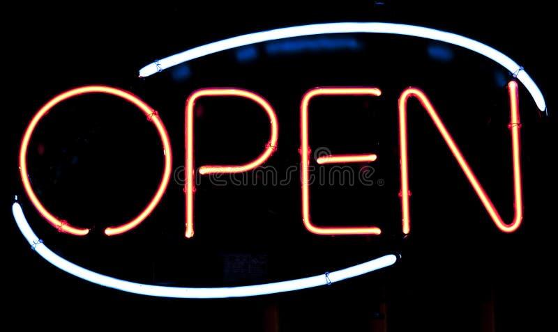 Ανοικτό φωτισμένο σημάδι στον καφέ στοκ εικόνες με δικαίωμα ελεύθερης χρήσης
