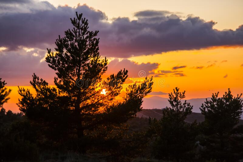 Ανοιξιάτικο ηλιοβασίλεμα στο Μονσό, Lleida, Ισπανία στοκ εικόνες