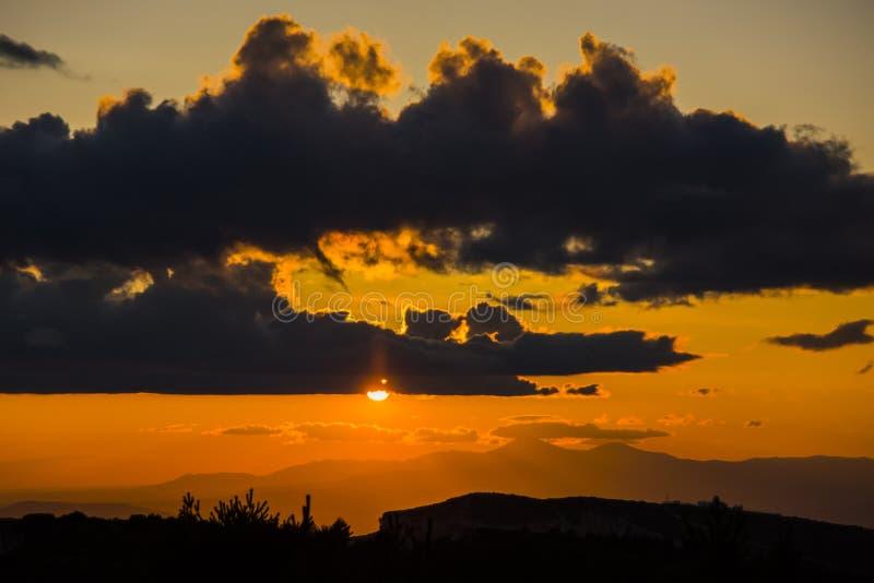 Ανοιξιάτικο ηλιοβασίλεμα στο Μονσό, Lleida, Ισπανία στοκ εικόνες με δικαίωμα ελεύθερης χρήσης