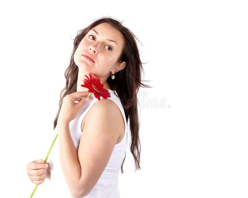 Ανοιξιάτικο πορτραίτο νεαρής γυναίκας με υγιή μακριά μαλλιά κρατώντας κόκκινο Γερμανικό λουλούδι Όμορφο γυναικείο πρόσωπο μοντέλο στοκ φωτογραφίες με δικαίωμα ελεύθερης χρήσης