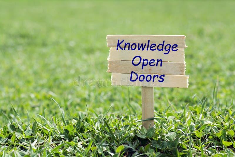 Ανοιχτές πόρτες γνώσης στοκ εικόνα με δικαίωμα ελεύθερης χρήσης