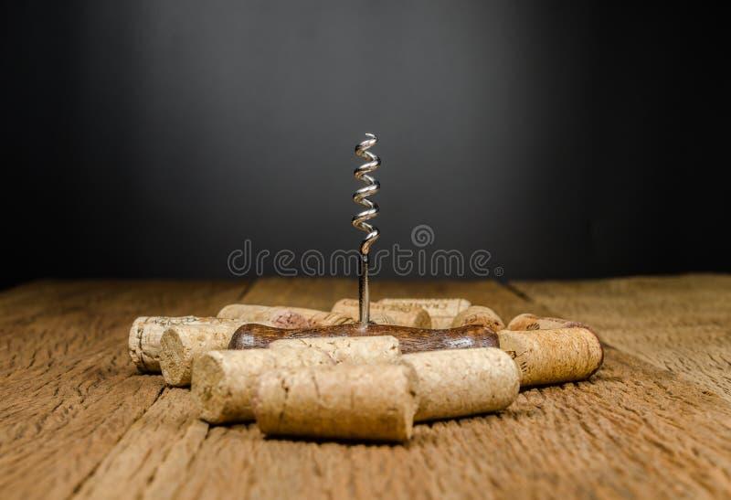 ανοιχτήρι για το ανοικτό μπουκάλι κρασιού στο ξύλινο υπόβαθρο στοκ φωτογραφία με δικαίωμα ελεύθερης χρήσης
