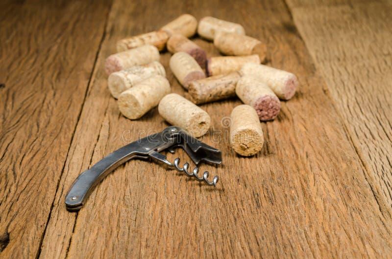 ανοιχτήρι για το ανοικτό μπουκάλι κρασιού στο ξύλινο υπόβαθρο στοκ εικόνες