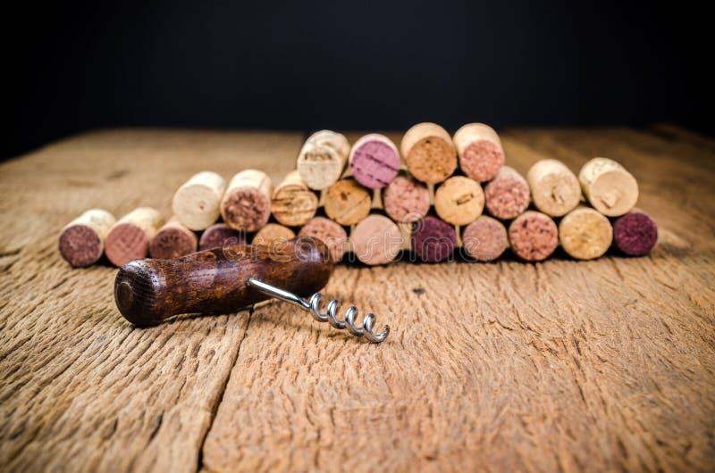 ανοιχτήρι στο ξύλινο υπόβαθρο στοκ εικόνα με δικαίωμα ελεύθερης χρήσης