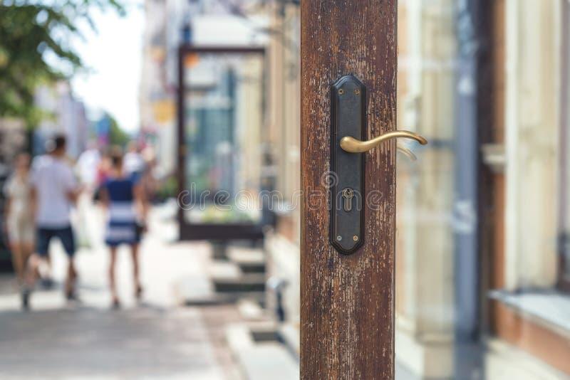 Ανοιχτή πόρτα ενός καταστήματος σε μια οδό πόλεων στοκ εικόνες με δικαίωμα ελεύθερης χρήσης