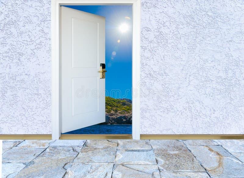 Ανοιχτή πόρτα με μια άποψη του πράσινου λιβαδιού που φωτίζεται στοκ φωτογραφίες