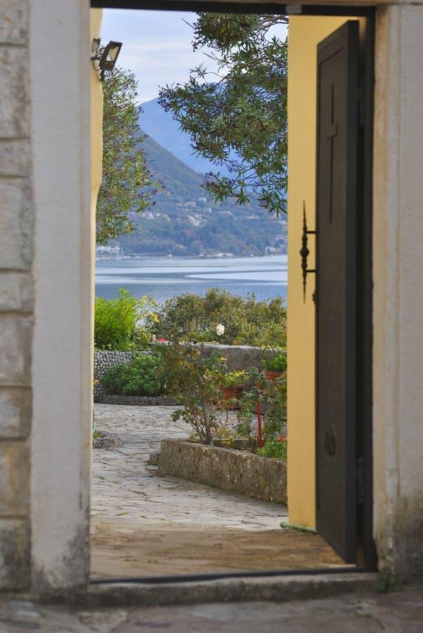 Ανοιχτή πόρτα σε έναν κήπο στοκ εικόνες με δικαίωμα ελεύθερης χρήσης