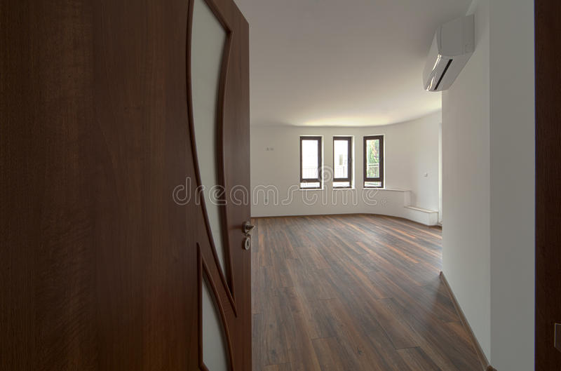 Ανοιχτή πόρτα σε ένα κενό δωμάτιο εσωτερικός Υποδοχή, στη νέα εγχώρια έννοια στοκ εικόνα με δικαίωμα ελεύθερης χρήσης