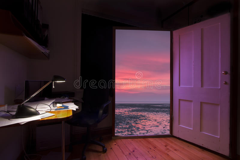 Ανοιχτή πόρτα στην καλύτερη ζωή, από την πίεση στη χαλάρωση στοκ φωτογραφίες με δικαίωμα ελεύθερης χρήσης