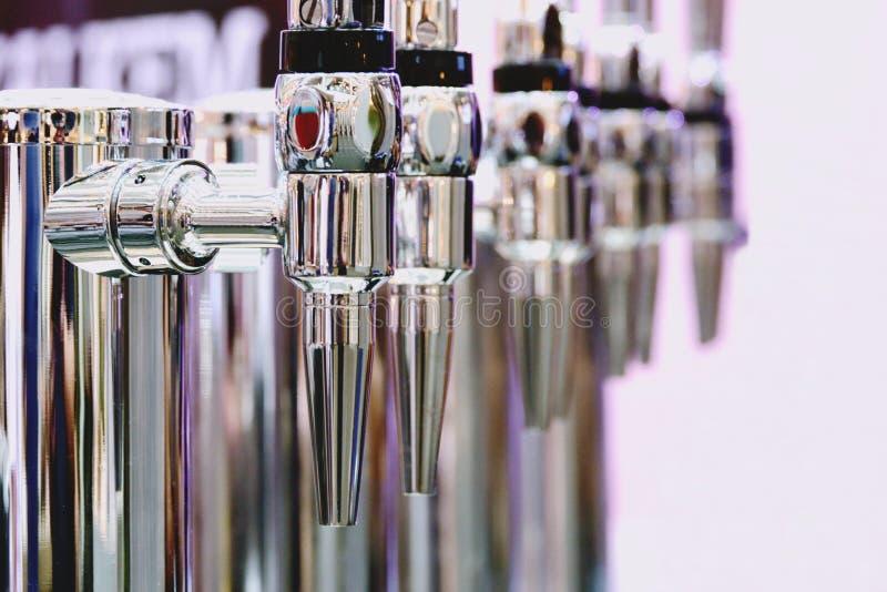 Ανοξείδωτη φωτεινή βρύση μπύρας μετάλλων για να εμφιαλώσει κοντά επάνω στοκ φωτογραφία με δικαίωμα ελεύθερης χρήσης