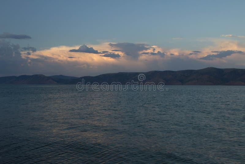 Αντέξτε τη λίμνη στο ηλιοβασίλεμα στοκ φωτογραφία με δικαίωμα ελεύθερης χρήσης