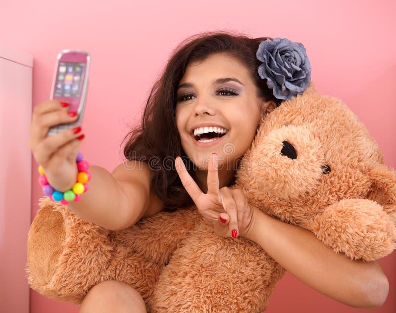 αντέξτε το κορίτσι ο ίδιος που φωτογραφίζει το όμορφο παιχνίδι στοκ εικόνα με δικαίωμα ελεύθερης χρήσης