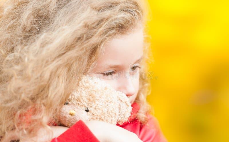αντέξτε το όμορφο κορίτσι λίγα teddy στοκ εικόνες με δικαίωμα ελεύθερης χρήσης