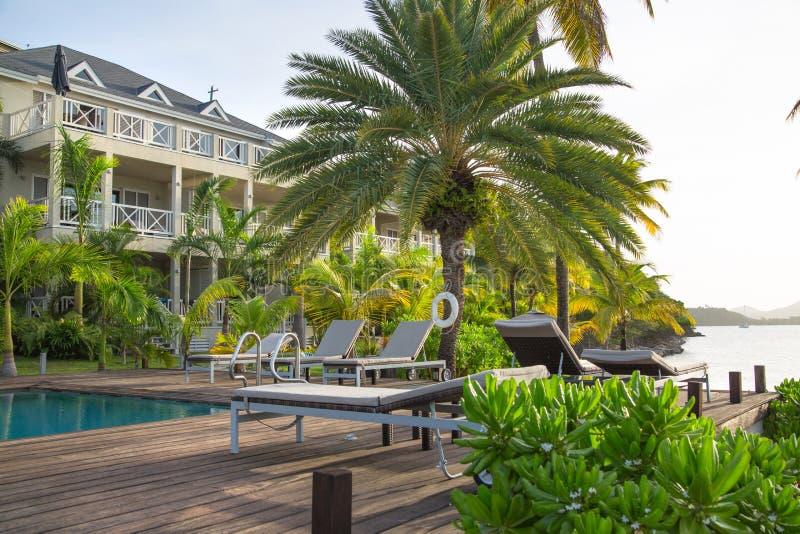 Αντίγκουα, νησιά Καραϊβικής, ξενοδοχείο νότιου σημείου παραλιών, άποψη με τη λίμνη και φοίνικες στοκ φωτογραφία