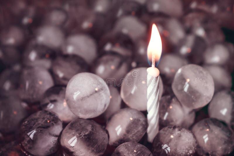αντίθετα Πάγος και πυρκαγιά Ένα καίγοντας μόνο κερί μεταξύ των σφαιρών πάγου στοκ φωτογραφία