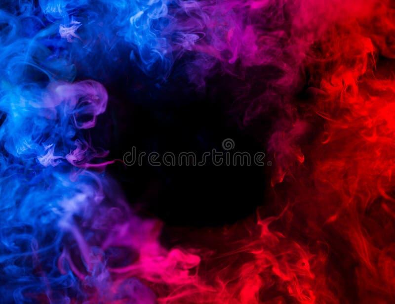 Αντίσταση του μπλε και κόκκινου καπνού σε σε αργή κίνηση στοκ εικόνες