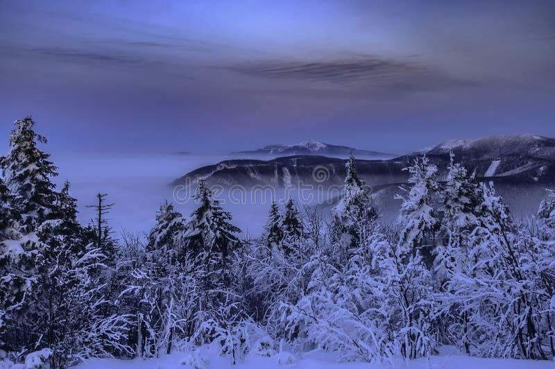 Αντίστροφα βουνά χειμερινού βραδιού σε Beskydy στοκ φωτογραφίες με δικαίωμα ελεύθερης χρήσης