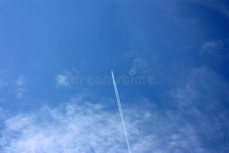 Αντίστροφη διαδρομή από το αεροπλάνο στο νεφελώδη ουρανό στοκ εικόνα με δικαίωμα ελεύθερης χρήσης