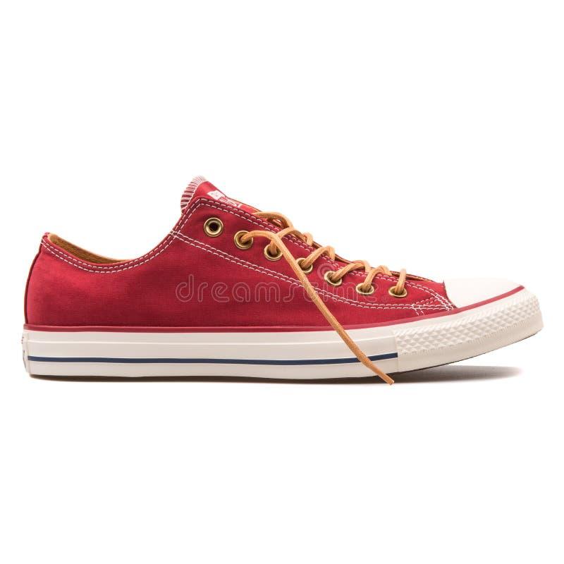 Αντίστροφο τσοκ Taylor όλο αστεριών κόκκινο πάνινο παπούτσι αλεών ΒΟΔΙΩΝ το πίσω στοκ φωτογραφία με δικαίωμα ελεύθερης χρήσης
