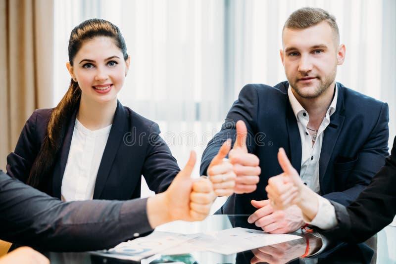Αντίχειρας γυναικών επιχειρησιακών ανδρών επάνω στην εργασία επαγγελματιών στοκ φωτογραφία με δικαίωμα ελεύθερης χρήσης