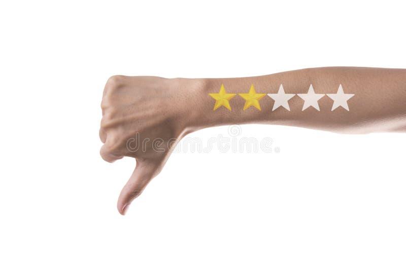 Αντίχειρας επιχειρησιακών χεριών κάτω με τον κίτρινο δείκτη στην πέντε αστέρων εκτίμηση στοκ εικόνα