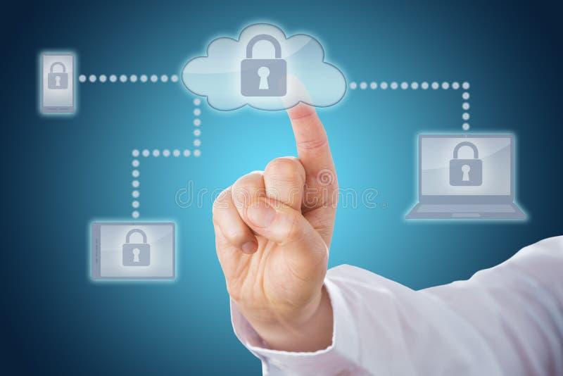 Αντίχειρας σχετικά με το εικονίδιο κλειδαριών στο δίκτυο σύννεφων στοκ φωτογραφία με δικαίωμα ελεύθερης χρήσης