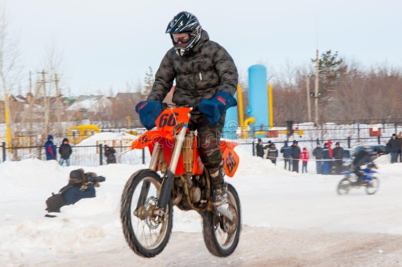 Ανταγωνισμοί χειμερινού μοτοκρός μεταξύ των νεώτερων στοκ εικόνες