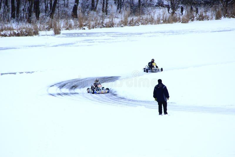 Ανταγωνισμοί Kart που συναγωνίζεται στον πάγο του ποταμού στοκ φωτογραφία με δικαίωμα ελεύθερης χρήσης