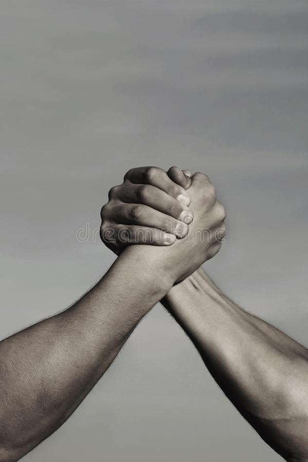 Ανταγωνισμός, εναντίον, πρόκληση, σύγκριση δύναμης ενάντια στη ληφθείσα άτομα άσπρη πάλη δύο ανασκόπησης βραχιόνων Όπλα που παλεύ στοκ εικόνες