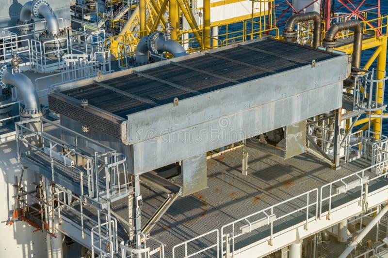 Ανταλλάκτης θερμότητας πτερυγίων και σωλήνων στην κεντρική πλατφόρμα επεξεργασίας πετρελαίου και φυσικού αερίου στοκ φωτογραφίες με δικαίωμα ελεύθερης χρήσης