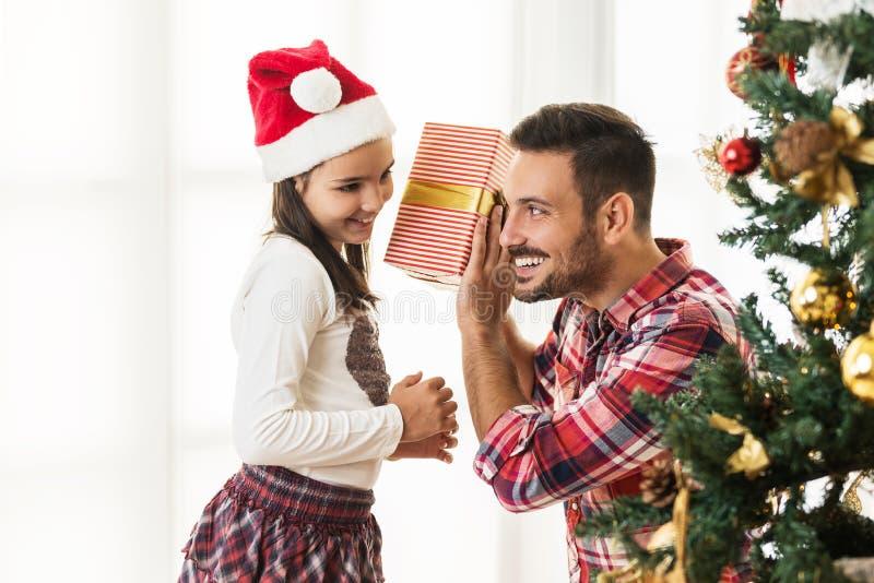 Ανταλλάσσοντας και ανοίγοντας χριστουγεννιάτικα δώρα πατέρων και κορών στοκ φωτογραφία με δικαίωμα ελεύθερης χρήσης