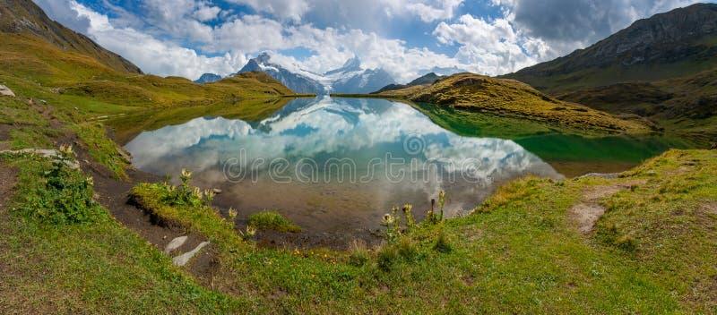 Αντανάκλαση αιχμών και σύννεφων βουνών σε Bachalpsee, Grindelwald, Ελβετία στοκ φωτογραφία με δικαίωμα ελεύθερης χρήσης