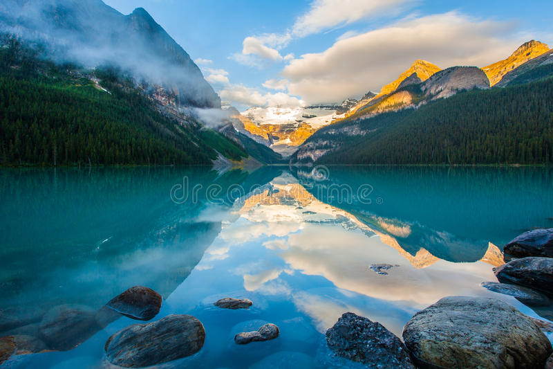 Αντανάκλαση βουνών στη λίμνη στοκ φωτογραφίες