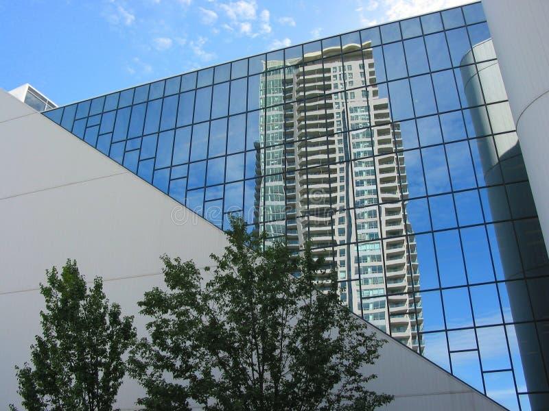 αντανάκλαση γραφείων πολυόροφων κτιρίων οικοδόμησης στοκ εικόνα με δικαίωμα ελεύθερης χρήσης