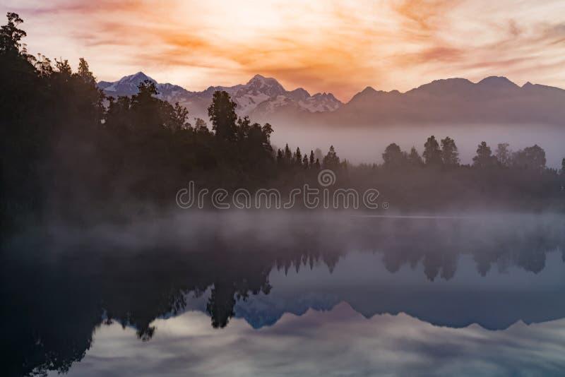 Αντανάκλαση πέρα από τη λίμνη νερού Matheson με τον ουρανό ανατολής στοκ φωτογραφία με δικαίωμα ελεύθερης χρήσης