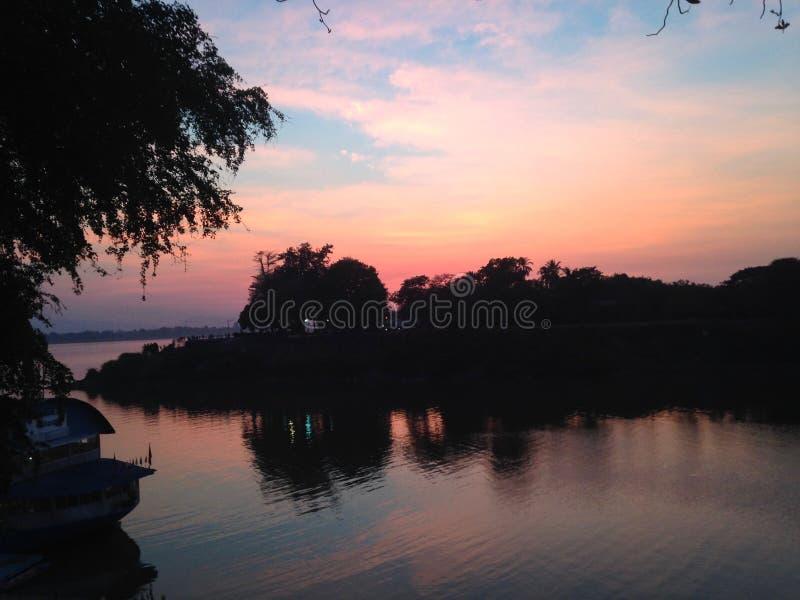 Αντανάκλαση στο νερό, ηλιοβασίλεμα πέρα από Mekong τον ποταμό Μπλε και ρόδινος ουρανός στοκ εικόνες με δικαίωμα ελεύθερης χρήσης