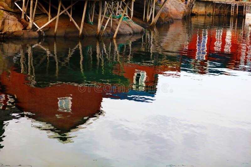 Αντανάκλαση της αλιείας των σπιτιών στη λίμνη στοκ εικόνες με δικαίωμα ελεύθερης χρήσης