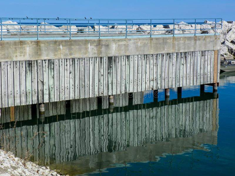 Αντανάκλαση της αποβάθρας στο λιμάνι του Μίτσιγκαν λιμνών στοκ εικόνα με δικαίωμα ελεύθερης χρήσης