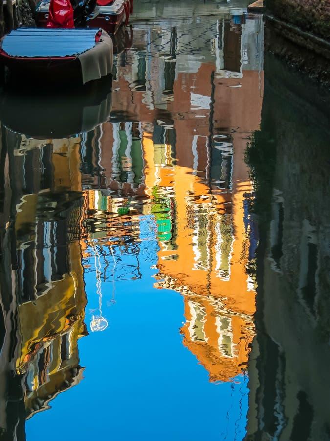 Αντανάκλαση της Βενετίας στο κανάλι στοκ φωτογραφία με δικαίωμα ελεύθερης χρήσης