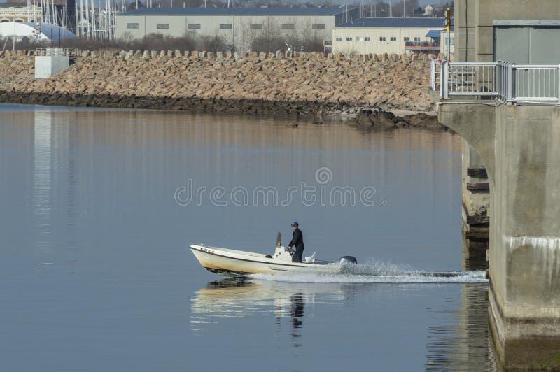 Αντανάκλαση της μικρής βάρκας κεντρικών κονσολών στο ήρεμο νερό στοκ φωτογραφία