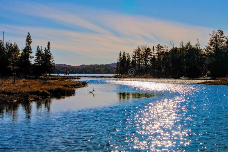 Αντανάκλαση της The Sun στο βόρειο κόλπο της μεγάλης λίμνης αλκών στοκ φωτογραφίες με δικαίωμα ελεύθερης χρήσης